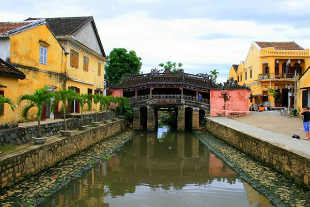 bridge pagoda hoi an