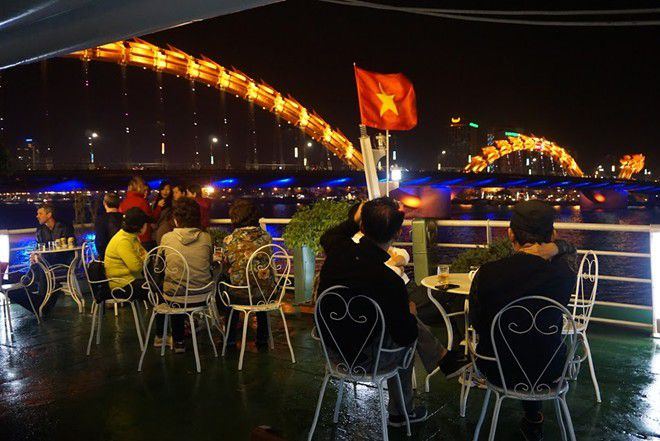 dragon boat floating restaurant
